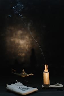 Горящие деревянные палочки пало санто на черной поверхности