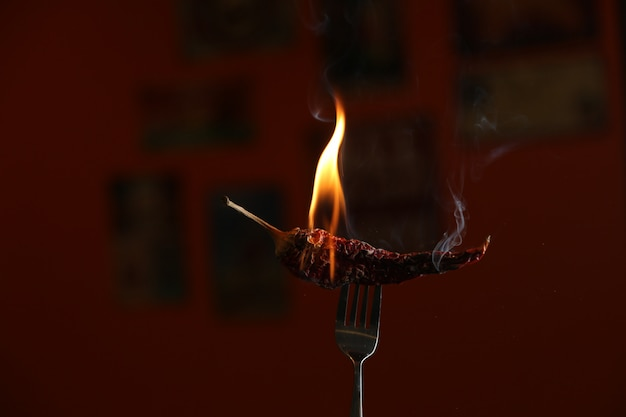 赤唐辛子をフォークに焼きます