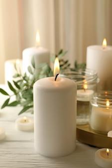 Горящие ароматические свечи для отдыха на белом деревянном столе