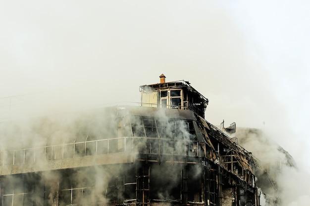 燃えているショッピングセンターまたはモールの煙