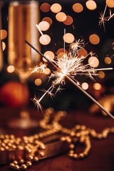 夜のクリスマスの雰囲気の中で燃える線香花火