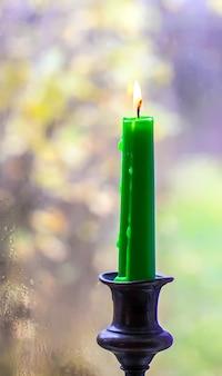 컨트리 하우스 내부의 황동 촛대에 왁스 촛불을 굽습니다.