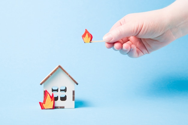Горящая деревянная модель дома