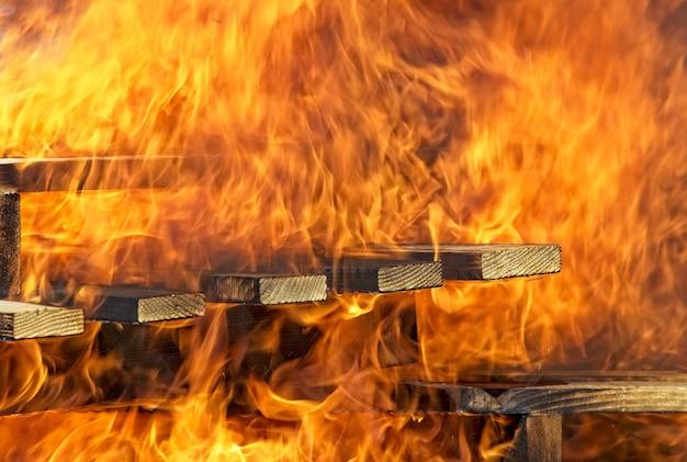 木製の階段を燃やす