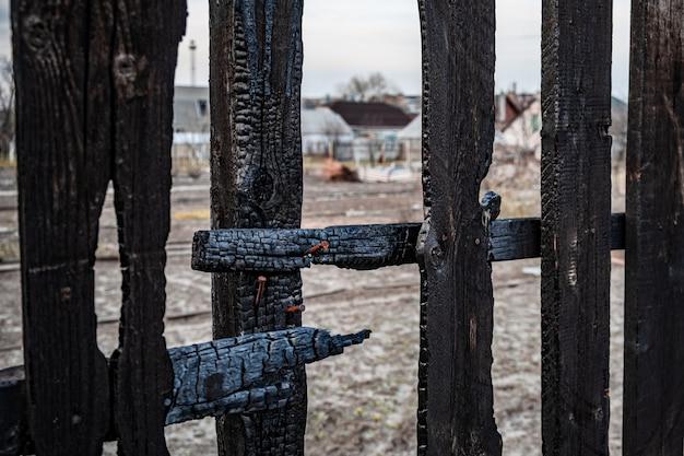民家で火災が発生し、柵板が焼けた。