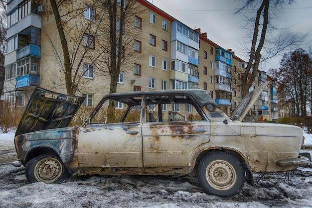 Сгоревшая машина возле жилого дома