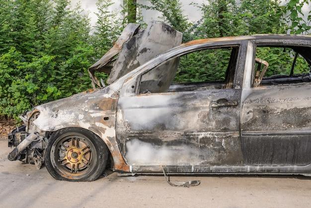 火災後の車の残骸を燃やした