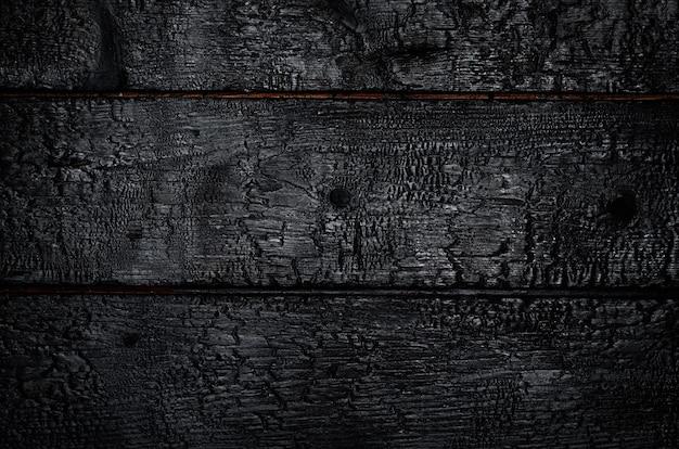 Сгоревший деревянный фон. горизонтальные черные доски