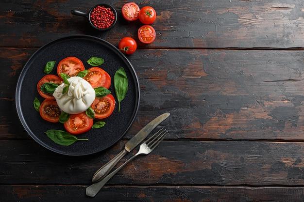신선한 토마토와 바질 잎을 곁들인 부라 타 치즈
