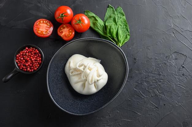 신선한 바질 잎과 체리 토마토를 곁들인 burrata 이탈리아 치즈