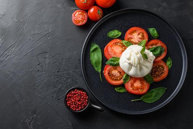 부라 타 샐러드, 검은 접시에 이탈리아 신선한 치즈.