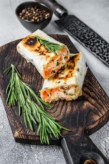 구운 닭고기와 야채를 곁들인 부리또 파 히타 shawarma