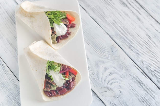 Буррито с мясом и гуакамоле