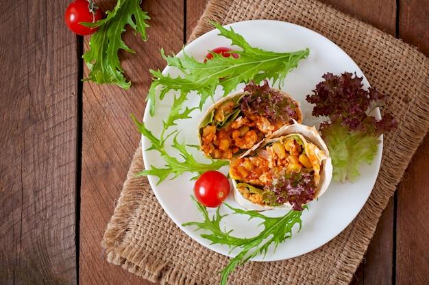 Обертывания с буррито с рубленой говядиной и овощами