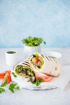 ブリトーはキノコと野菜、伝統的なメキシコ料理で包まれています。