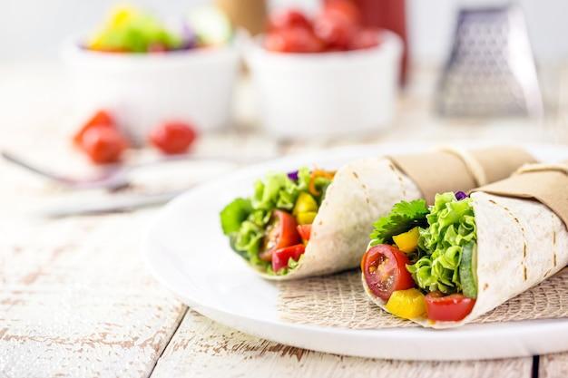 Роллы из буррито с грибами, перцем и овощами, острая мексиканская кухня