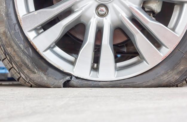 タイヤを破裂させて剥がす