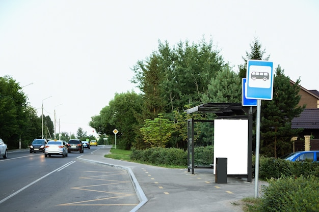 Макет рекламного щита автобусной остановки на пустой улице в европе