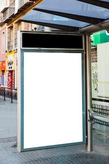 버스 정류장 광고판