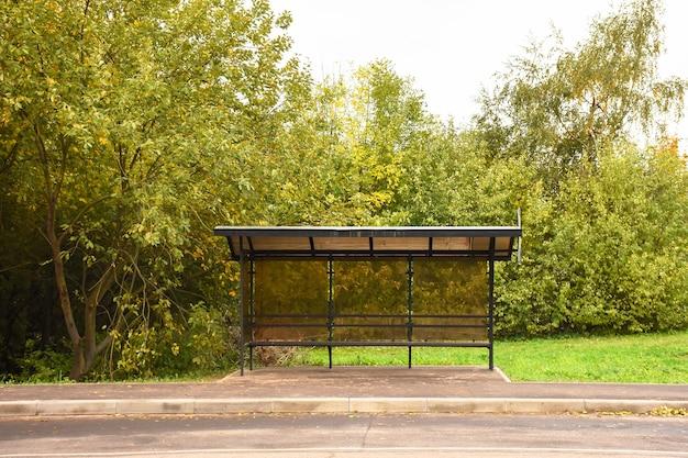 空白の通りの背景の前にバス停垂直看板