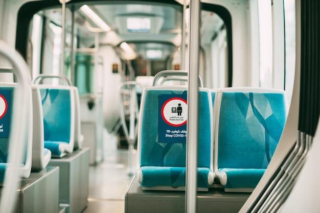 Covid-19 코로나 바이러스 전염병으로 인해 좌석 제한 표지판이있는 버스.