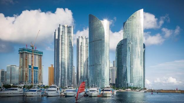 Горизонт и небоскребы города пусана в районе haeundae., южная корея.