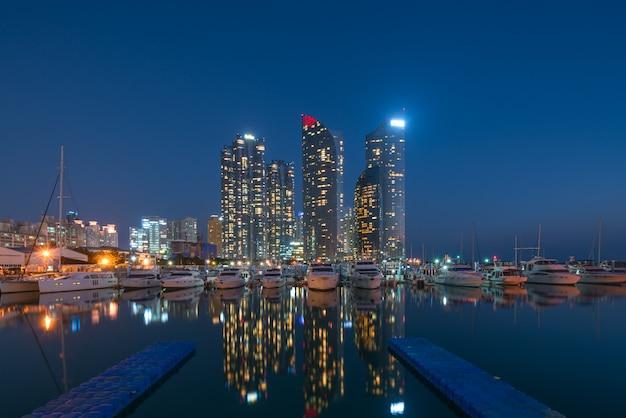Взгляд горизонта города пусана на районе haeundae, пляже gwangalli с пристанью яхты на пусане, южной корее.