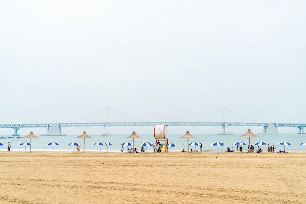 Бусан, южная корея - 11 июля: пляж гванган - один из популярных пляжей в пусане, южная корея.