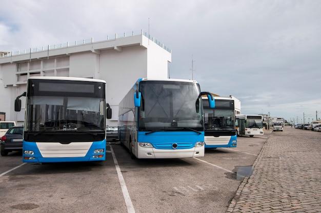 시내에 주차 된 버스
