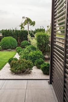 ランドスケープデザインの茂みと植物