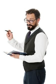 ビジネスアカデミー講師。男性のフォーマルな服はメモ帳の白を保持し、ビジネストピックを説明します。ビジネススクールのコンセプト。エキスパート眼鏡スマートティーチャー。スピーカービジネス会議は白を分離しました。