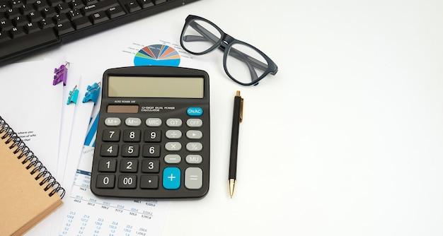 흰색 사무실 책상, 상위 뷰에 문서 및 계산기 작업 비즈니스 회계사