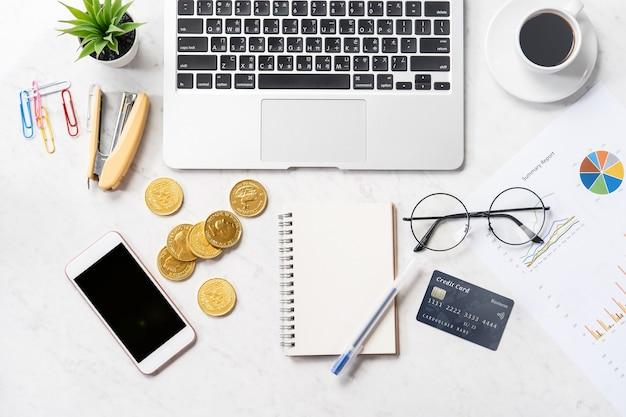 現代の大理石のオフィステーブルに分離されたビジネス、会計、支払いの概念の財務情報、モックアップ、上面図、コピースペース、フラットレイ、クローズアップ