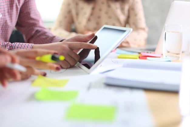 会社の仕事の進捗状況を示す財務数値を分析するビジネスアドバイザー