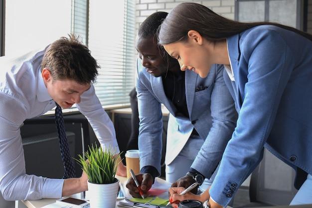会社の仕事の進捗状況を示す財務数値を分析するビジネスアドバイザー。