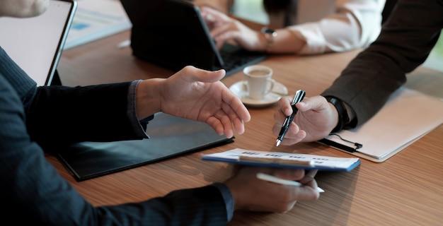 Встреча бизнес-консультантов для анализа и обсуждения ситуации с финансовым отчетом в конференц-зале. консультант по инвестициям, финансовый консультант, финансовый консультант и концепция бухгалтерского учета.