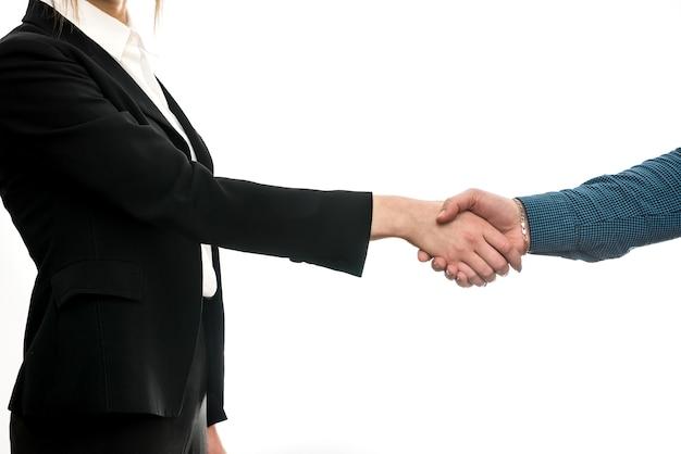 Деловое соглашение. жесты рук между деловыми партнерами