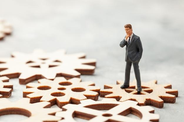 スーツを着た会社のビジネスマンの事業分析監査は、ビジネスプロセスの時点で立っています