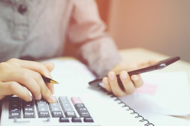 감사 내부 통제 시스템에 대한 재무 제표를 확인하는 비즈니스 분석가 팀. 회계, 회계 개념.