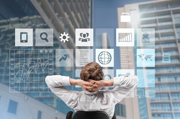 ビジネス分析とデータ管理システム、インフォグラフィックを持つビジネスマン