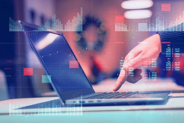 主要業績評価指標(kpi)ダッシュボードの概念を備えたビジネス分析(ba)。ビジネスマンはコンピューターで働いています。