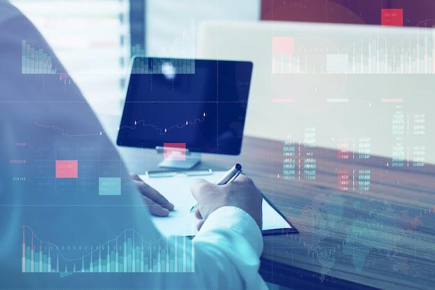 Kpi(핵심 성과 지표) 대시보드 개념이 있는 비즈니스 분석(ba). 흰색 화면이 있는 태블릿. 사업가는 컴퓨터에서 작동합니다.