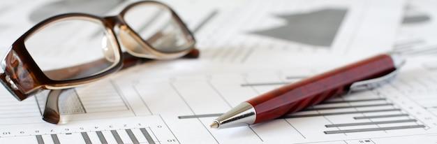ビジネス分析、グラフ、チャート。紙の概略図。ボールペン 。横の写真