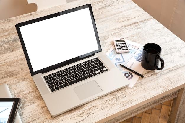 노트북 컴퓨터와 사무실에서 비즈니스 분석.
