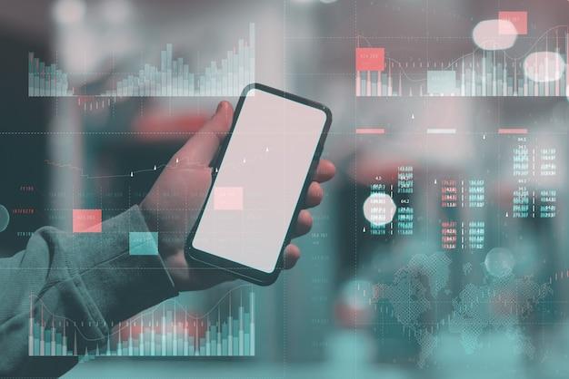 핵심 성과 지표 대시보드 개념을 사용한 비즈니스 분석. 흰색 배경에 있는 남자 손에는 흰색 화면이 있는 모형 전화가 있습니다.