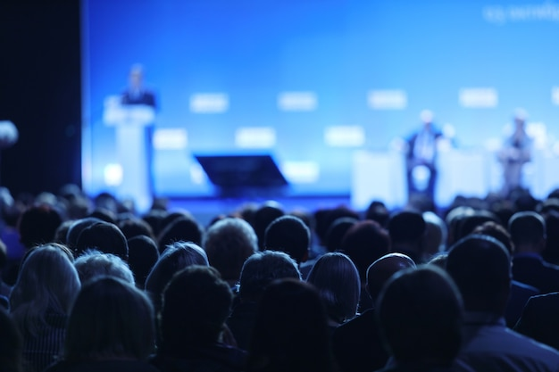 Симпозиум по бизнесу и предпринимательству. спикер выступает с докладом на деловой встрече.