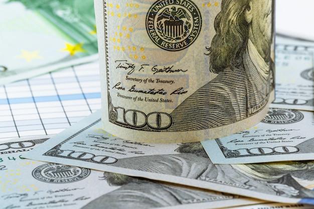 ビジネスと金融。アメリカのドルとユーロ紙幣。コイン。お金。通貨。現金。お金で壁。