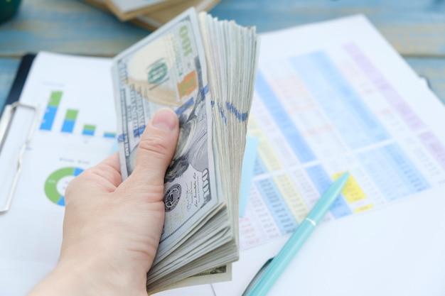 ビジネスと金融の概念。職場でお金を数えるクローズアップ手。