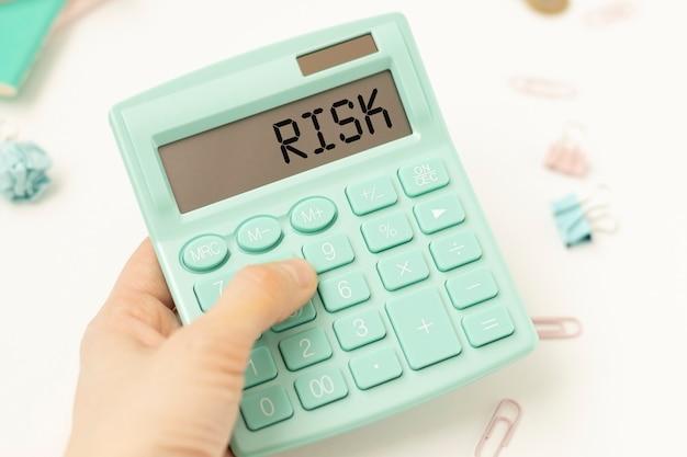비즈니스 및 금융 개념. 테이블에는 위험이라고 말하는 전자 보드의 계산기