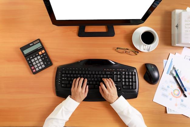 Бизнес и финансовая концепция вид сверху руки деловых женщин используют компьютер с пустым экраном. деловые женщины используют экран белого цвета компьютерной сети.
